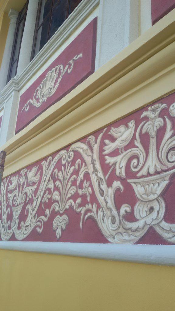decorazione floreale effetto rilievo su edificio liberty